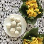 Mleko kokosowe – właściwości i przepis na domowe fit Rafaello