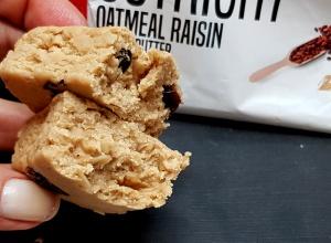 Fit Recenzje: Outright Oatmeal Raisin Peanut Butter a la proteinowa chałwa