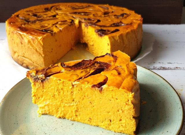 Sernik proteinowy dyniowo-pomarańczowy z musem śliwkowym, bez cukru i glutenu
